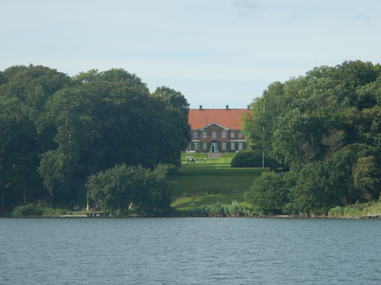 Schloß Hindsgavl vom Fænø Sund aus gesehen