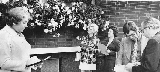 Die Juroren werfen prüfende Blicke auf die Blütenpracht am Balkon (1972). Von li. Elisabeth Sierp, Elfriede Benninghoff, ???, Johannes Vahnenbruck, Elmar Sierp.