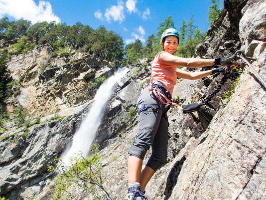 Im Hintergrund der Lehner-Wasserfall, über den auch eine Seilbrücke verläuft