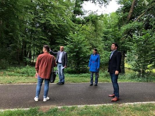 Pressevertreter, Dr. Dennis Nitsche, Dr. Katrin Rehak-Nitsche und Thomas Hitschler bei der Besichtigung des Bürgerparks