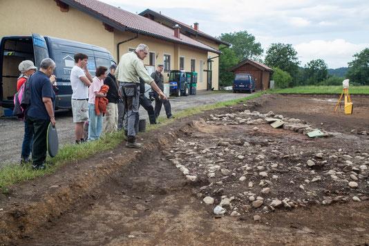 Begehung der Fundstelle am ersten Grabungstag