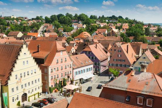Der Marktplatz mit den schmucken Bürgerhäusern ist das Herz der fränkischen Kleinstadt Feuchtwangen.  Foto: djd/Touristinformation Feuchtwangen/T. Linkel