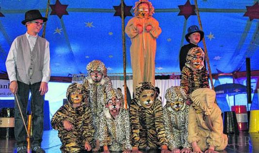 Beinahe zahm sind die Raubtiere des Zirkus Piccobello. Löwen, Tiger und Leoparden sind in diesem Fall am Freitagabend sogar ohne Zaun zu bewundern.  Bild: Putschbach