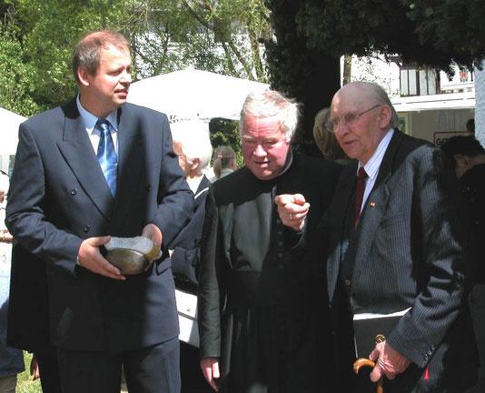 Kapellenjubiläum 2004: Anton Mathweis (rechts), Pastor Helmsorig (Mitte) und der Verfasser