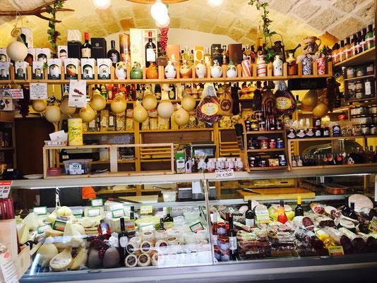 ein kleiner Lebensmittelladen in Poglignano a Mare, Apulien © Katrine Lihn