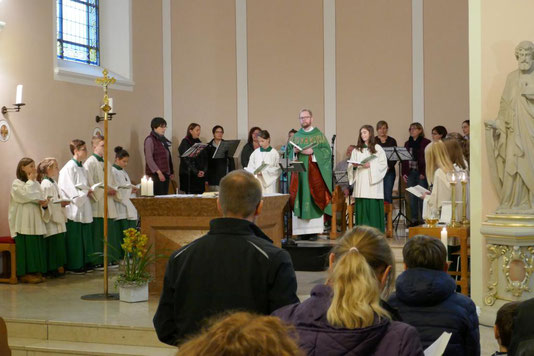 Pfarrer, Messdienerinnen und Messdiener und der Kreis für junge Musik während  der hl. Messe am 22.10.2017