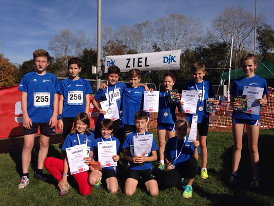 zeigten tolle Leistungen...die DJK- Läufergruppe mit Emilia, Juli, Christian, Linea (vorne), Tim, Julius, Nico, Louis, Julie, Finn, Nathalie (hinten)