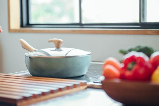 カフェの店内。壁に掛けられたフォトフレーム。マガジンラック。観葉植物。