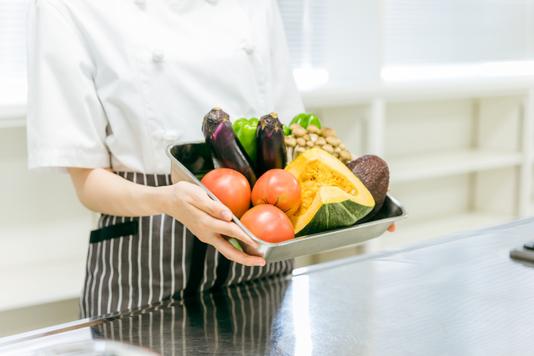カフェのおしゃれなテーブルといす。