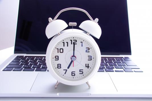カフェのバックヤード。パントリーにカップやコーヒーミル、ドリップなどが並んでいる。