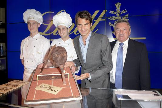 Roger Federer présente sa raquette en chocolat offerte par Lindt