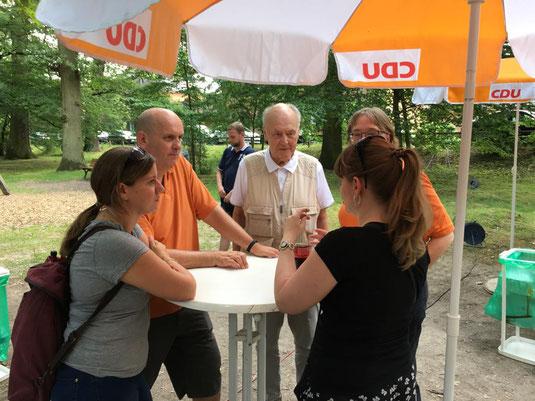 Gespräche auf dem Brunnenfest mit aktuellen Mandatsträgern aus dem Frankfurter Westen.
