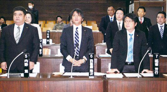 市議会での表決で起立する与党議員(昨年12月)