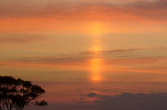 神秘的な光の柱が10分間にわたって見られた=21日午後5時半ごろ、石垣市新川から。
