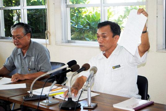 記者会見で、2005年の県教育庁の指導文書を公表した玉津教育長。左は前花教育部長=22日午後、市教委