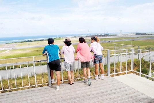 新石垣空港建設現場の見学台から見た光景。大勢の人たちが見学に訪れている(14日午後)