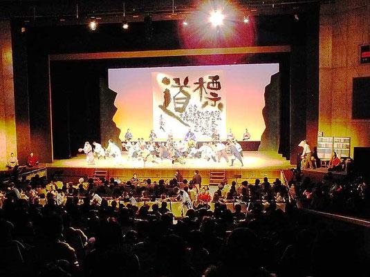 フィナーレを飾るテーマ曲「道標」を踊るメンバー