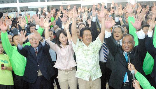 当選を喜び、バンザイ三唱する中山氏と支持者=2日午後10時過ぎ、選対本部