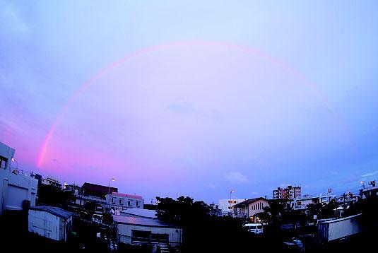 市内で大きな虹が確認できた=10日夕、矢島亮さん撮影