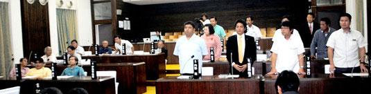 市議会本会議で一般会計補正予算に起立して賛成する与党(右側)=9日午前、議場