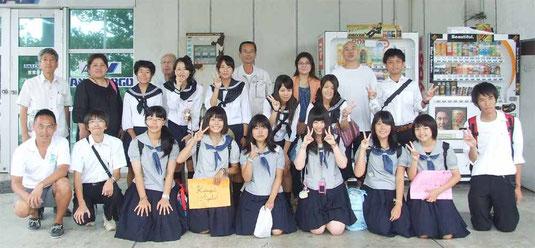 姉妹校交流で訪れた盛岡第四高校の生徒たちと別れを惜しんだ=27日午前、石垣空港