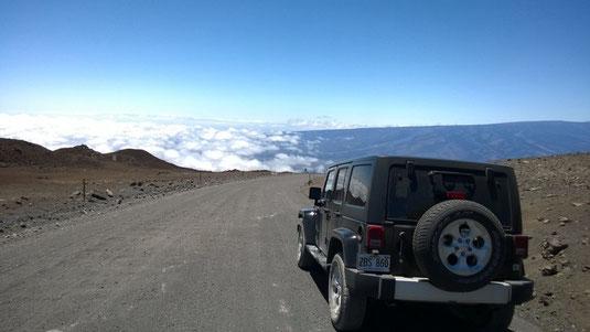 Über 4.000 m. Über eine Schotterpiste erreicht man die Gipfelregion des Mauna Kea.