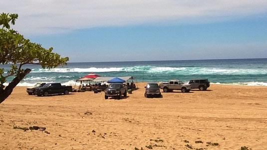 Hawaiianische Familienfeier am Strand von Barking Sands