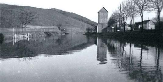 Der Hammerweiher mit dem alten Feuerwehr-Spritzenhaus mit Steigerturm