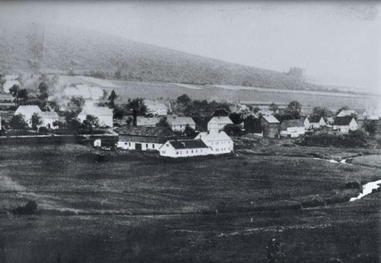 Eines der ältesten Fotodokumente von 1875 zeigt das Gelände des ehemaligen Eisenhammers (Bildmitte), hier jedoch schon mit Puddlingswerk und Leimsiederei