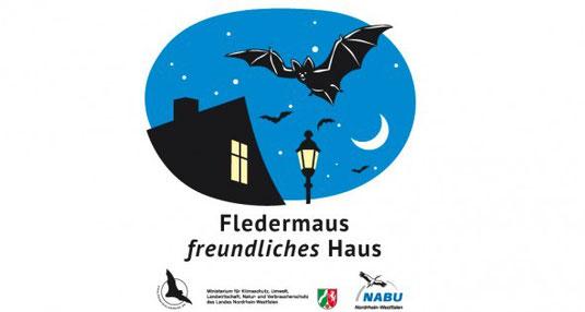 """Der Kapellenschule Wiederstein wurde das Siegel """"Fledermausfreundliches Haus"""" verliehen"""