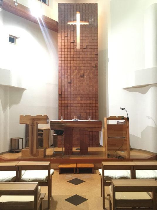 左・説教台、中央・聖卓、右・司式(聖書朗読)台