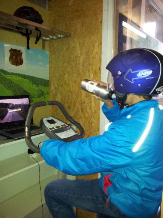Raphael testet den Fahrsimulator für Oberbaselbieter Routen