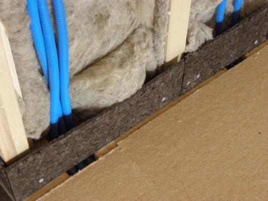 Dampfkorkstreifen als flexible Zwischenlage zwischen Unterlagsboden und Holzkonstruktion