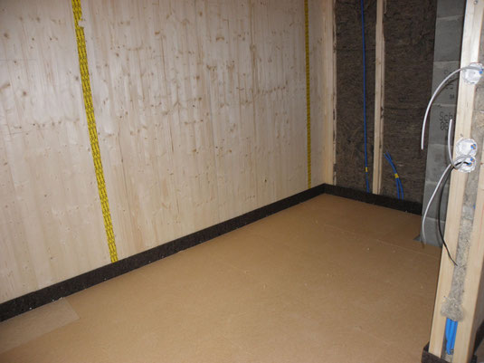 Holzfaserplatten als Trittschalldämmung bevor die Bodenheizung verlegt und der Unterlagsboden eingebracht wird