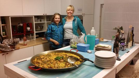 Anna und Carol mit Paella