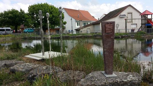"""Links: 3 Figuren von Edi Fux und Partnern. Rechts: Skulptur """"Kopfsache"""" von Mario Völlmin"""