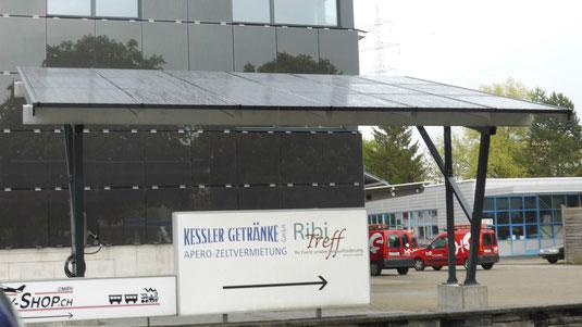 Carport mit wasserdichten Solarpanels