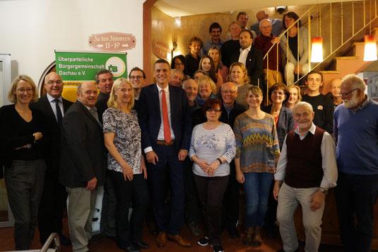 Unser Bild vom 21.10.2019 zeigt alle anwesenden Kandidatinnen und Kandidaten um Oberbürgermeister-Kandidat Dr. Peter Gampenrieder.