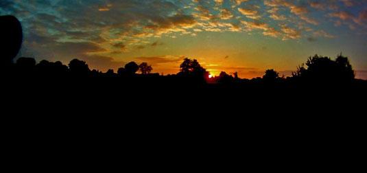 Sonne schiebt sich über den Horizont von Kiel