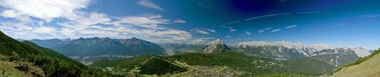 Panorama über Seefeld bei Anklicken mehrfach vergrößerbar - v.l.n.r. Zentralalpen - Inntal - Hohe Munde - Gaistal - Zugspitze mit Wettersteinmassiv