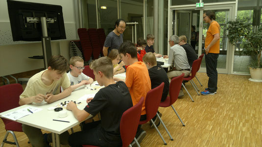 Konzentrierte Spieler bei der Go-Einführungsveranstaltung am Berthold-Brecht-Gymnasium in Dresden