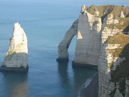 Falaises d'Etretat, constituées de couches de calcaire ou de craie empilées.