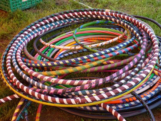 Ein Haufen bunter Hula-Hoop-Reifen