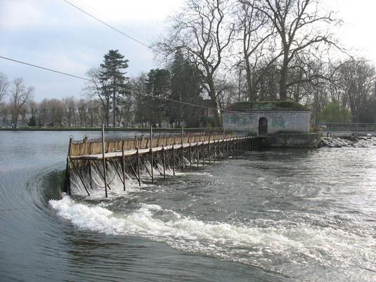 Barrage du Batardeau à Auxerre, le plus long du canal.