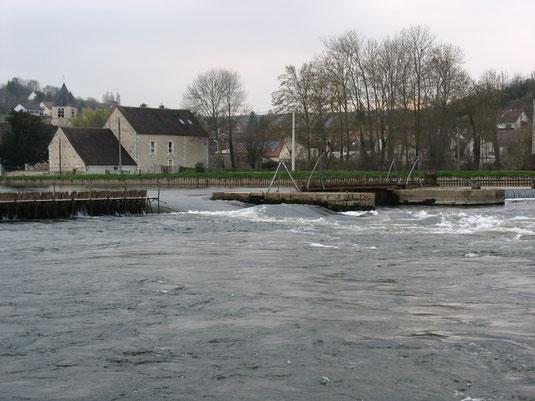 Barrage de Vaux accolé à un pertuis plus ancien construit pour laisser passer les trains de bois avec le flot accumulé en amont.