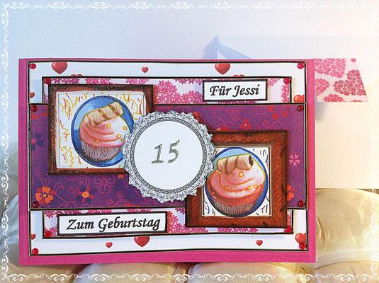 Zum 15. Geburtstag. Das Mädchen ist eine Kunstliebhaberin und ich sollte, mir zugesandte Bilder von Cupcakes verwenden. Habe die Cupcakes in Bilderrahmen eingerahmt :-)