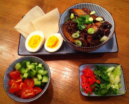 Aziatisch stoofvlees met Pekingeend pannenkoekjes.