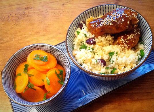 Marokkaanse sticky chicken met couscous en wortel-sinaasappel salade.