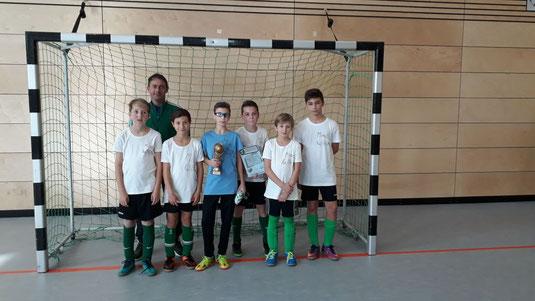 Das Minifussball-Sieger-Team mit Trainer