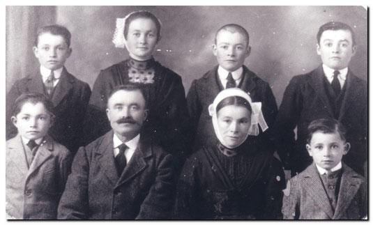 Julien (26 février 1882)  Françoise (29 Septembre 1883)  et leurs 6 enfants